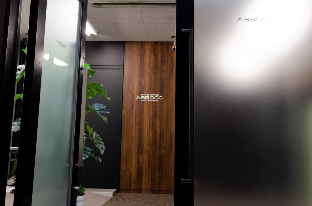 シェアオフィスABBOCC表参道の入口ドア
