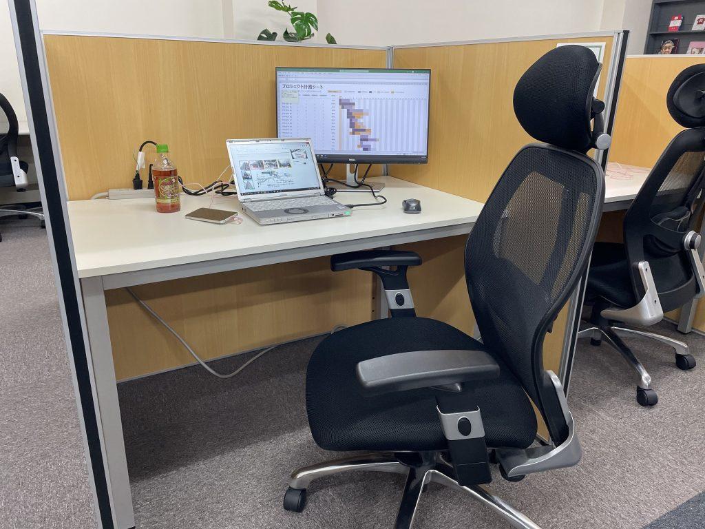 シェアオフィスABBOCC表参道のデスクとワークチェア